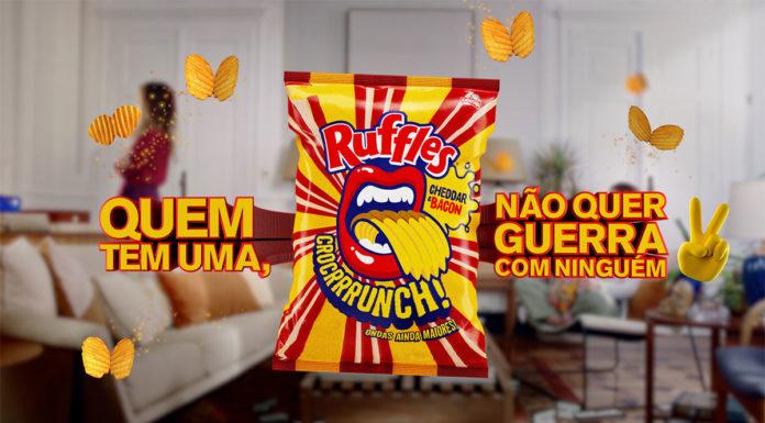 Foto de divulgação da campanha de Ruffles Cheddar & Bacon, A imagem apresenta o salgadinho em meio a frase