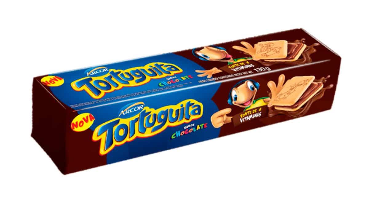 A foto apresenta a embalagem do Biscoito Tortuguita Recheado Quadrado.
