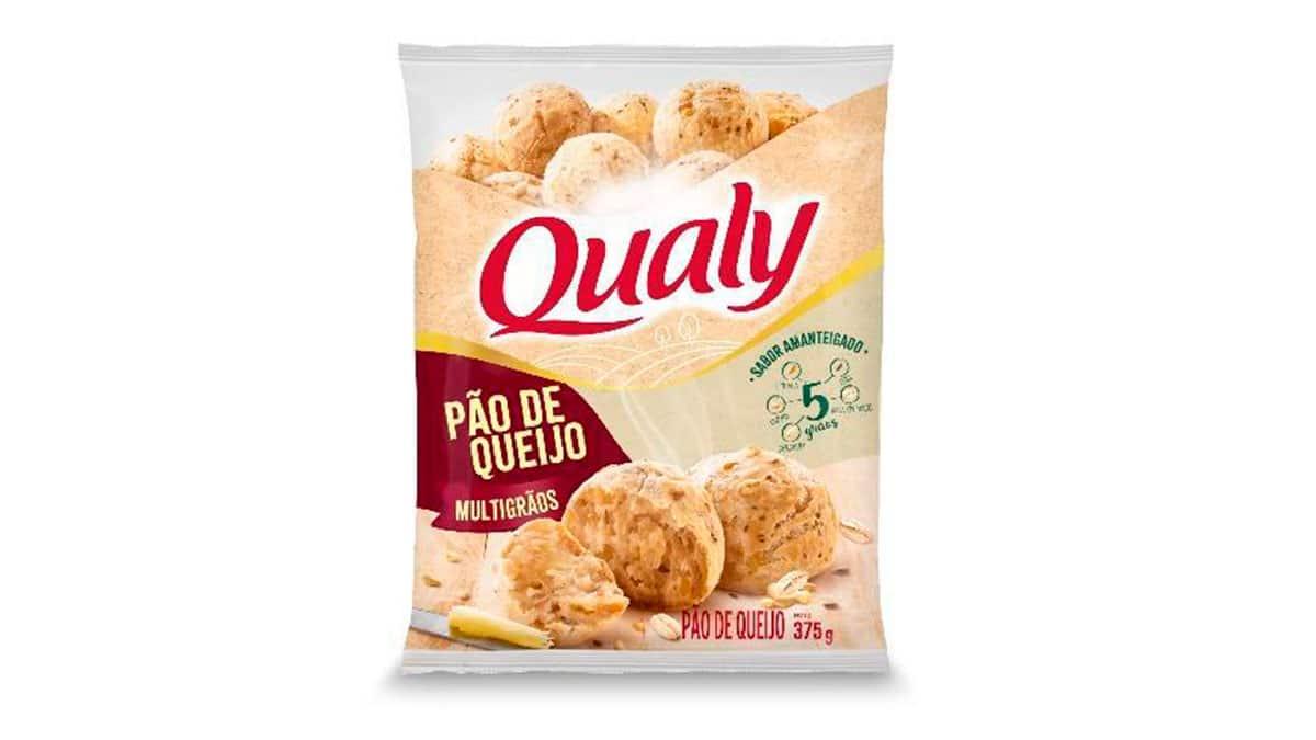 A foto apresenta a embalagem do Pão de Queijo Multigrãos Qualy.