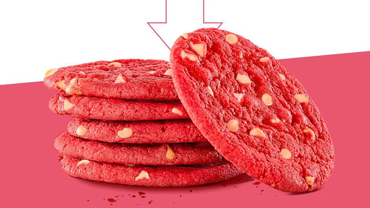 A foto apresenta o cookie rosa da Subway.