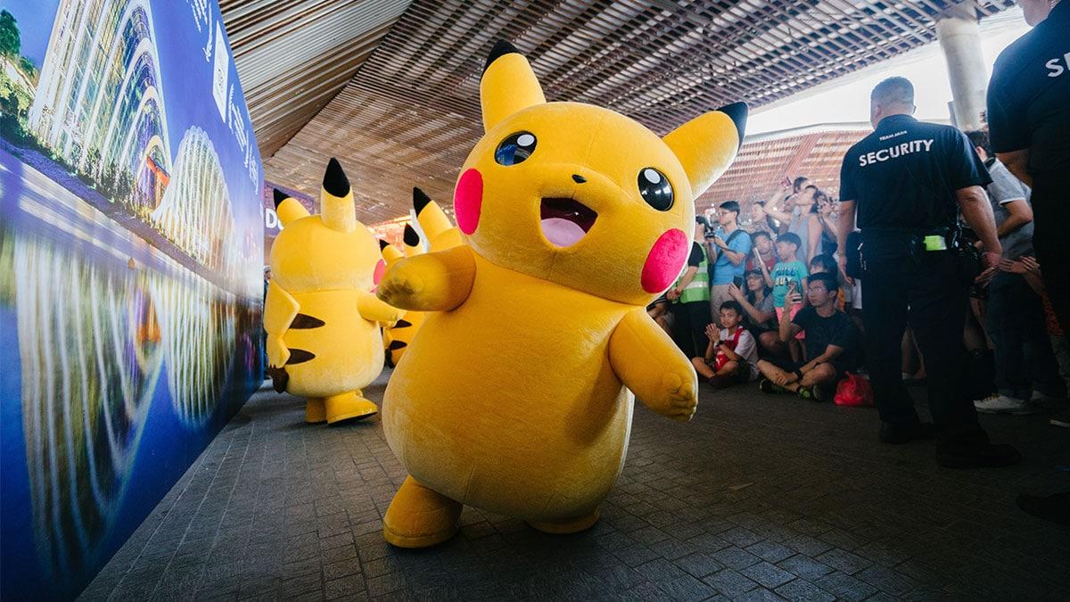 A foto apresenta Pikachus desfilando em um evento cheio de crianças, foto é representativa para anunciar a parceria entre a Universal Studios Japan com a The Pokémon Company.